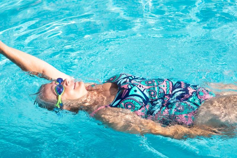 Uimarinainen selällään